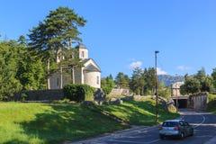CETINJE, MONTENEGRO - 3. AUGUST 2014: Gerichts-Kirche auf Cipur Stockbild