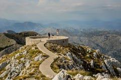 CETINJE, MONTENEGRO - cerca do setembro de 2018: Mausoléu de Petrovic Njegos, parque nacional de Lovcen, em Montenegro Duas rapar fotos de stock royalty free