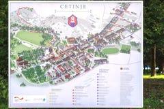 CETINJE, MONTENEGRO - 3 DE AGOSTO DE 2014: Mapa turístico da cidade de Cetinje imagens de stock royalty free