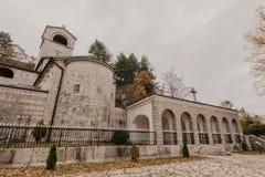 CETINJE, MONTENEGRO - Oktober 1, 2018: Asiento del monasterio de Cetinje del Metropolitanate en Cetinje, Montenegro - Imagen imágenes de archivo libres de regalías