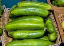 Cetrioli ad un mercato degli agricoltori di un canestro Immagini Stock Libere da Diritti