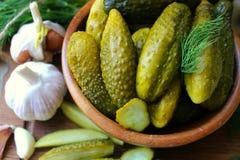 Cetrioli in ciotola di legno, spezie per la marinatura e barattoli dei cetrioli marinati sulla tavola Immagine Stock Libera da Diritti