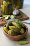Cetrioli in ciotola di legno, spezie per la marinatura e barattoli dei cetrioli marinati sulla tavola Fotografia Stock Libera da Diritti