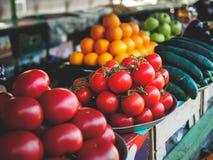 cetrioli e mele rossi e gialli dei pomodori a georgiano immagine stock libera da diritti