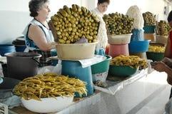 Cetrioli e peperoni marinati nel bazar del mercato di Yerevan Fotografia Stock Libera da Diritti
