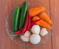 Cetrioli freschi, funghi, peperoncino, carote, verdi Immagini Stock