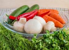 Cetrioli freschi, funghi, peperoncino, carote, verdi Fotografia Stock