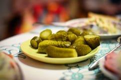 Cetrioli marinati secondo la ricetta della nonna sulla tavola del nuovo anno fotografia stock