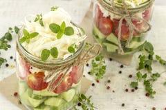 Cetrioli, pomodori e cavolo in un barattolo di vetro fotografia stock