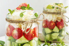 Cetrioli, pomodori e cavolo in un barattolo di vetro immagine stock libera da diritti