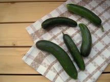 Cetrioli verdi sull'asciugamano di cucina, stile di eco, stile rustico Immagini Stock