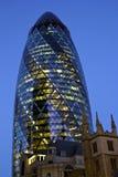 Cetriolino a Londra alla notte Immagini Stock