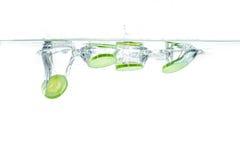 Cetriolo affettato che spruzza acqua Alimento sano e saporito Fotografia Stock
