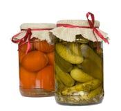 Cetriolo e pomodoro marinati in vetro Fotografia Stock