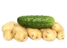 Cetriolo e una patata novella Fotografie Stock
