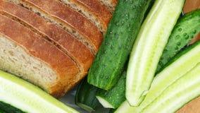 Cetriolo fresco e pane verdi affettati Fotografia Stock Libera da Diritti