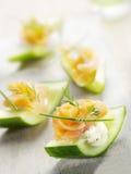 Cetriolo riempito di formaggio e di salmone affumicato Fotografia Stock