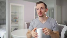 Cette tasse de thé est bonne Pouces de geste d'homme  Odeur gentille banque de vidéos