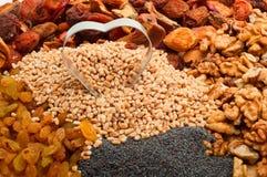A cevada de pérola crua com formulário do ferro coração-secou frutos, passas, porca Imagem de Stock Royalty Free