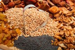 A cevada de pérola crua com formulário do ferro coração-secou frutos, passas, porca Fotos de Stock Royalty Free