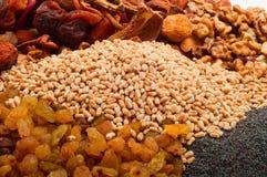 Cevada de pérola crua com frutos secados, passas, porcas, sementes de papoila Foto de Stock