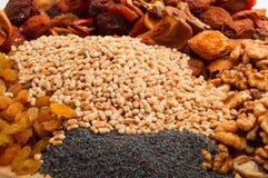 Cevada de pérola crua com frutos secados, passas, porcas, sementes de papoila o Fotos de Stock Royalty Free