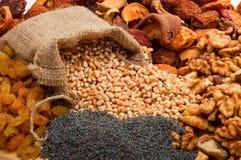 Cevada de pérola crua em um saco da lona com frutos secos, passas, porcas Imagem de Stock Royalty Free