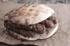 Cevap oder Kebab, traditionelles Lebensmittel von Balkan. Stockbild
