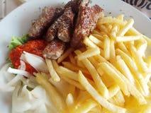 Cevapcici balkanique de nourriture de Tipical à l'oignon et aux pommes frites photo stock