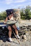 做远足的妇女在Cevennes国家公园 免版税库存照片