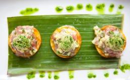 Ceviche auf Crackern Stockfotos