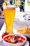 Ceviche de crevette avec le maïs éclaté et la bière photos libres de droits