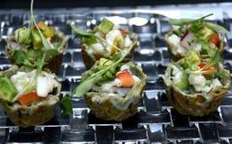 Ceviche-hors d ` Gesamtwerke auf Glasplatte Stockfoto