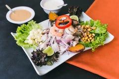 Ceviche misturado com molho peruano e molho de alho imagem de stock royalty free