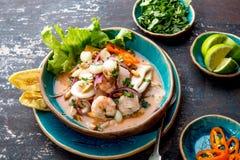 CEVICHE PÉRUVIEN SEBICHE Sebiche péruvien de fruits de mer et de poissons avec le maïs images stock
