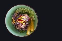 Ceviche peruano de color salmón en fondo negro Fotografía de archivo