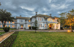 Ceybank rest, a grand Victorian bungalow located in the emerald green hill country in the evening Royalty Free Stock Photos