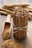 Ceylon kanelbruna pinnar och pulver arkivfoton