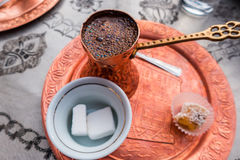 cezve κρύο γυαλί espresso καφέ όπως το εξυπηρετούμενο μικρό τουρκικό ύδωρ Στοκ εικόνα με δικαίωμα ελεύθερης χρήσης
