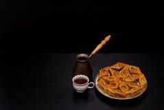Cezve, кружка кофе и плита традиционной турецкой сладостной бахлавы Стоковые Изображения RF
