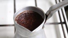 Cezve avec du café aromatique est préparé sur le fourneau banque de vidéos