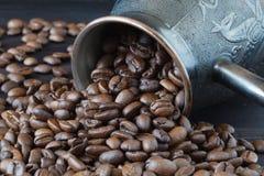 Cezve com os feijões de café recentemente roasted no sackcloth Imagem de Stock