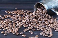 Cezve com os feijões de café recentemente roasted no sackcloth Imagens de Stock