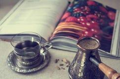 Cezve con caffè ed il libro fotografia stock libera da diritti