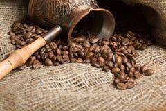 Cezve con los granos de café recientemente asados fotos de archivo