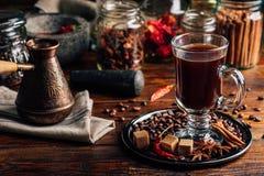 Cezve e tazza di caffè con le spezie orientali fotografia stock libera da diritti