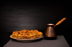 Cezve kawa i talerz baklava z miodem na czarnym tle Zdjęcie Stock