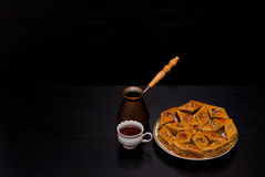 Cezve, kawowy kubek i talerz tradycyjny Turecki słodki baklava, obrazy royalty free