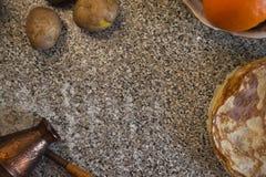 Cezve sans grains de café et crêpes avec les pommes vapeur à l'arrière-plan photographie stock libre de droits