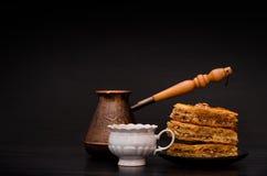 Cezve, tasse de café et un plat de baklava douce turque traditionnelle Photographie stock libre de droits